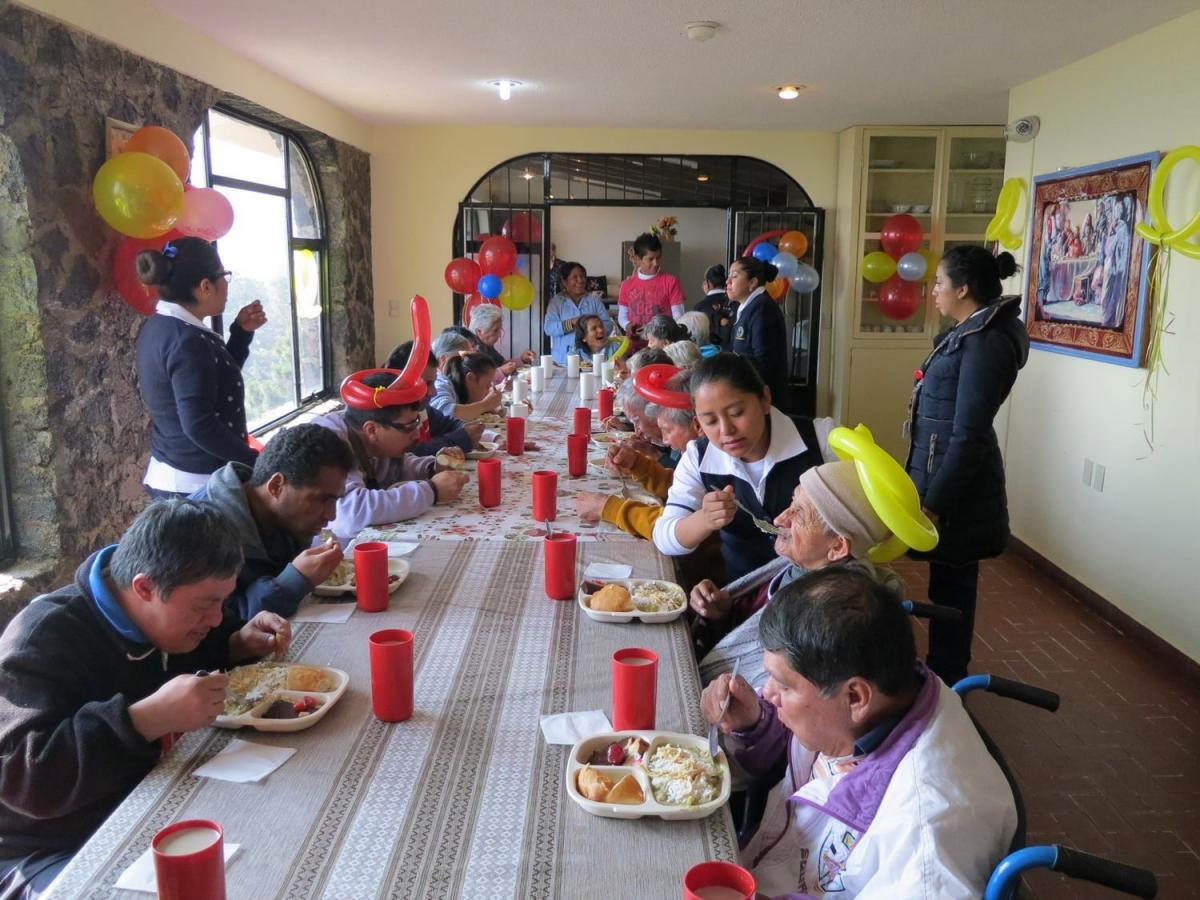 Ünnepség az Emmaus házban; idősek és mozgáskorlátozottak a Caritas asztalánál