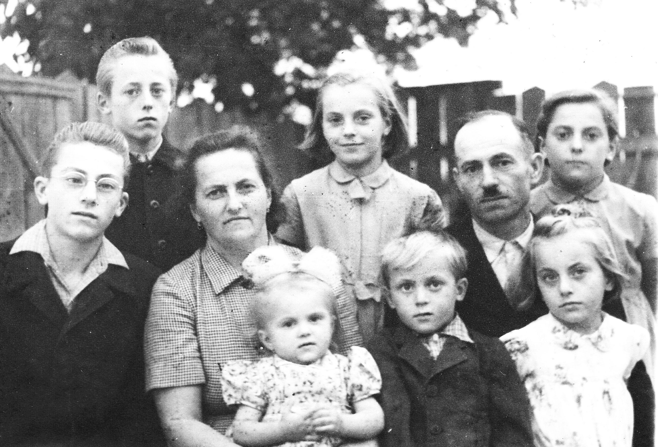 centenariumat_1_-1962_kilenc_tagu_csalad